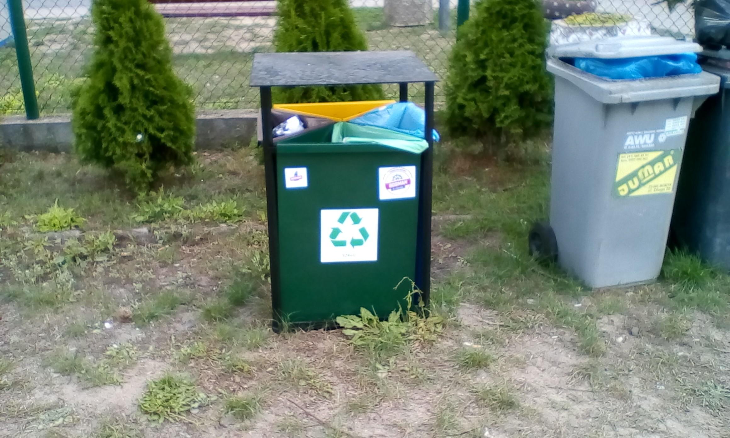 Kosze do segregacji odpadów oraz nasadzenia zieleni.