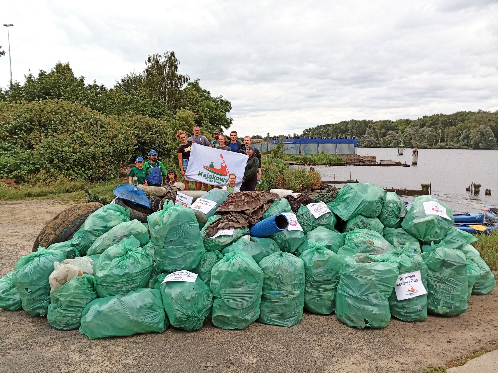 Zebrano ponad tonę śmieci z Odry